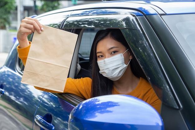 Femme asiatique, porter, masque, et, tenue, sac papier, de, restauration rapide