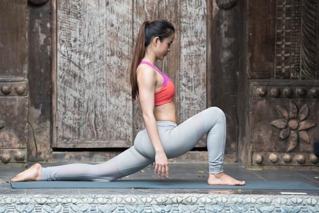 Femme asiatique, pratiquer, yoga, et, stretching, séance d'entraînement, dans, yoga, classe