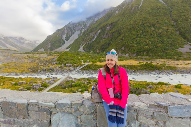 Femme asiatique profiter d'un voyage au mont. cuisiner parc national en nouvelle-zélande