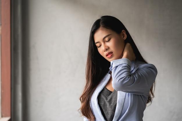Une femme asiatique a un rhume et des symptômes de toux, de fièvre, de maux de tête et de douleurs