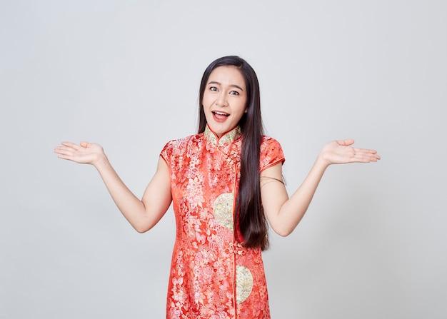 Femme asiatique en robe chinoise cheongsam traditionnelle