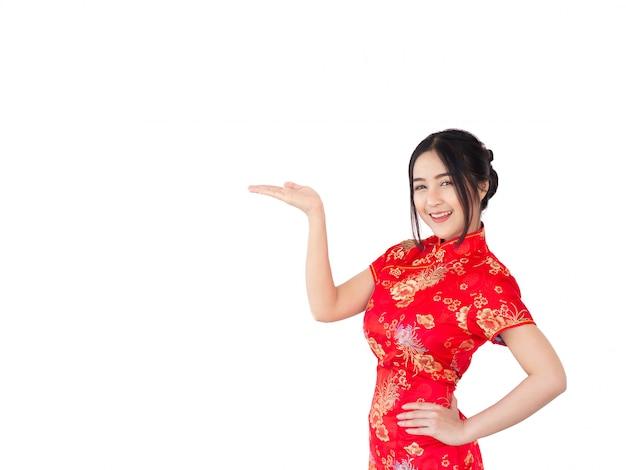 Femme asiatique en robe chinoise traditionnelle cheongsam isoler sur fond blanc. concept du nouvel an chinois.
