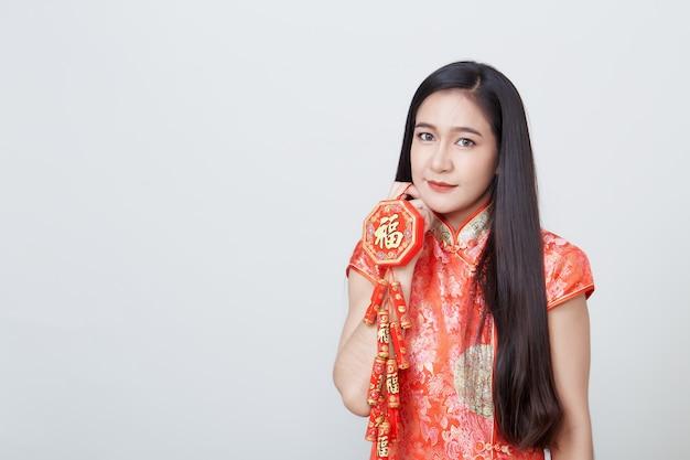 Femme asiatique en robe longue traditionnelle chinoise