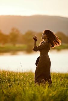 Femme asiatique avec robe marron promenade se détendre après un dur travail au bureau, se détendre et la liberté
