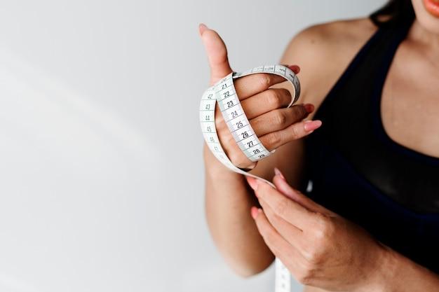 Femme asiatique avec ruban à mesurer