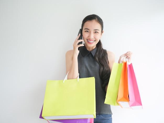 Femme asiatique avec sac à provisions dans le salon