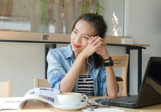Femme asiatique se détendre dans un café. concept d'entreprise.