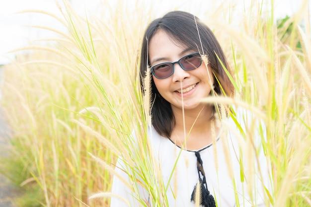 Femme asiatique se détendre dans l'herbe.