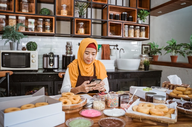 Femme asiatique, séance, dans, les, salle cuisine