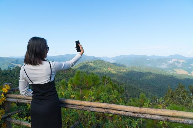 Femme asiatique selfie voyage en vacances.