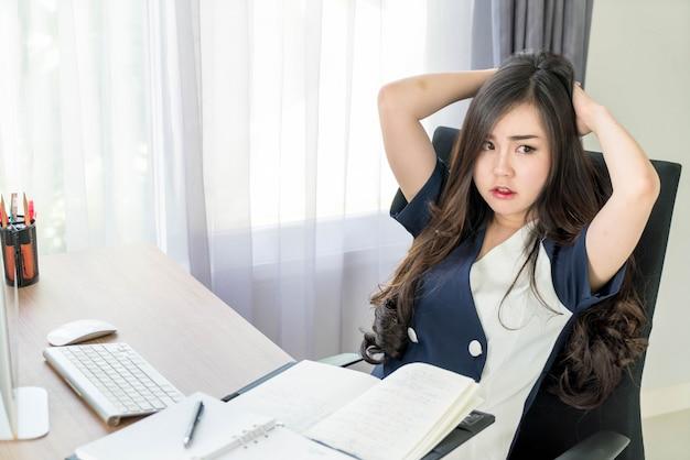 Femme asiatique sérieusement au bureau