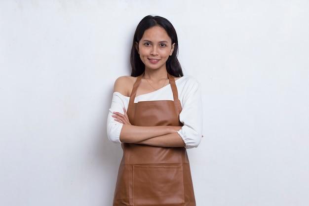 Femme asiatique serveuse barista portant un tablier sur fond blanc