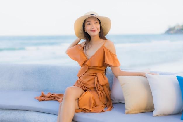 Femme asiatique, sur, sofa, près plage