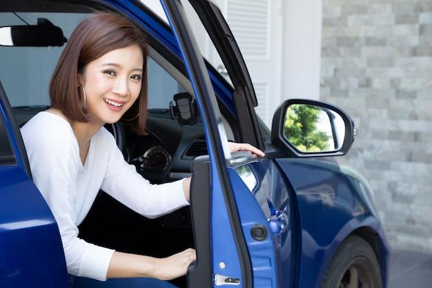 Femme asiatique, sortir, de, a, voiture