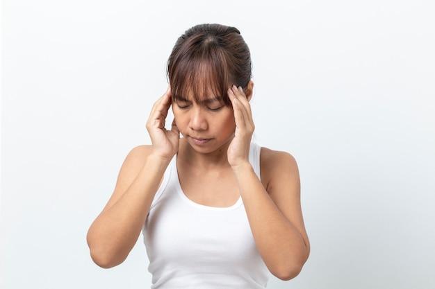 Femme asiatique souffrant de maux de tête sur fond blanc