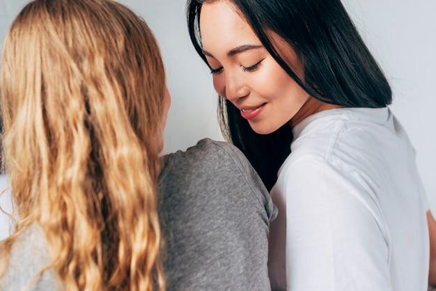 Femme asiatique souriante et liaison avec petite amie