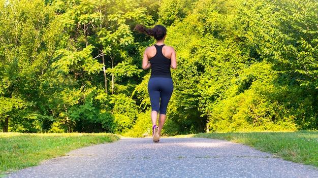 Femme asiatique sportive qui court à l'extérieur