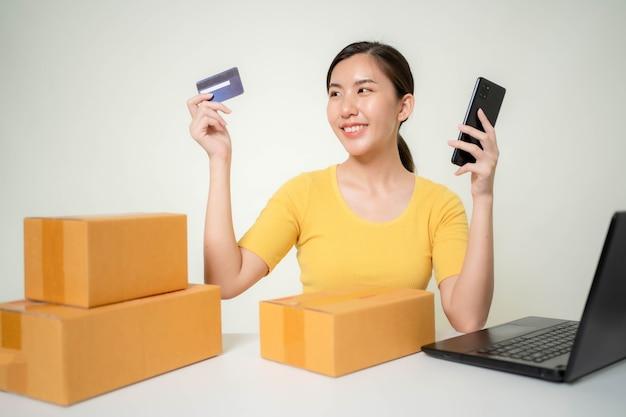 Femme asiatique start up for business online