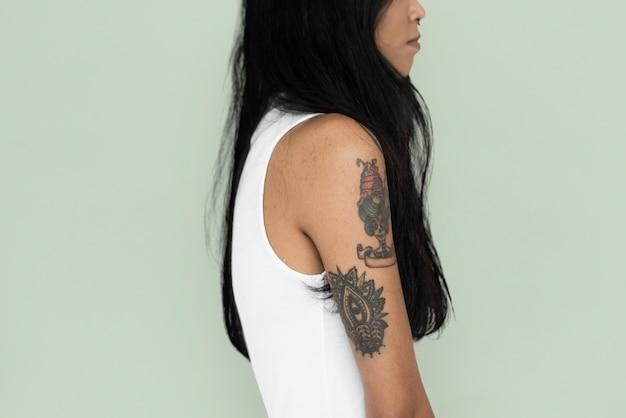 Femme asiatique tatouage sideview