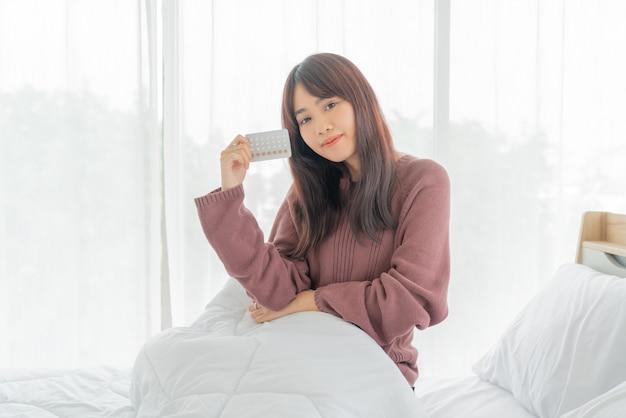 Femme asiatique, tenue, pilule contraceptive
