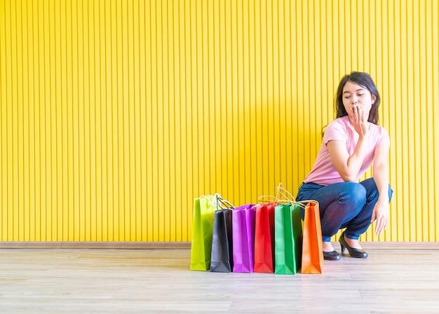 Femme asiatique, tenue, sacs provisions