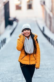 Femme asiatique touristique à l'aide de mobile dans la rue européenne. concept de tourisme.