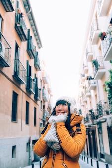 Femme asiatique touristique dans la rue européenne. concept de tourisme.