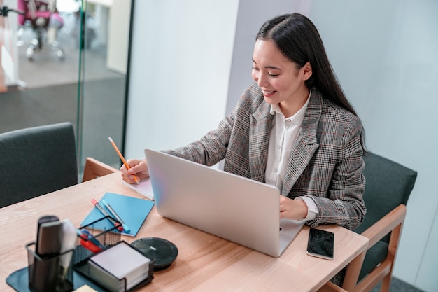 Femme asiatique travaillant au bureau informatique