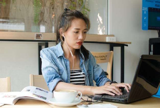 Femme asiatique travaillant dans un café. concept d'entreprise.