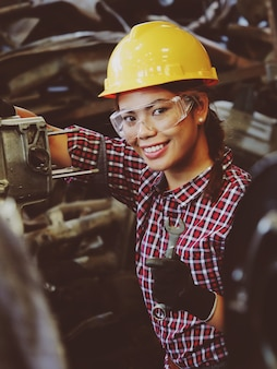 Femme asiatique travaillant dans le garage de l'usine