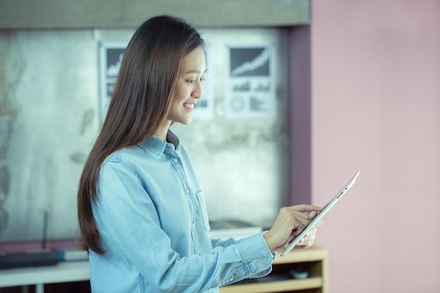 Femme asiatique travaillent heureusement au bureau