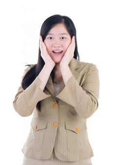 Femme asiatique très heureuse et surprise. isolé sur fond blanc
