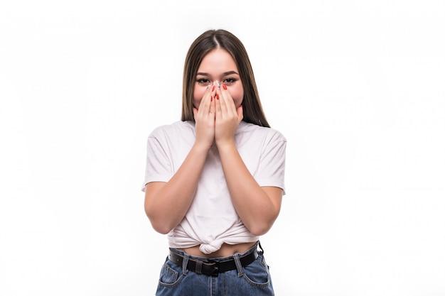 Femme asiatique très heureuse et surprise isolée sur mur blanc