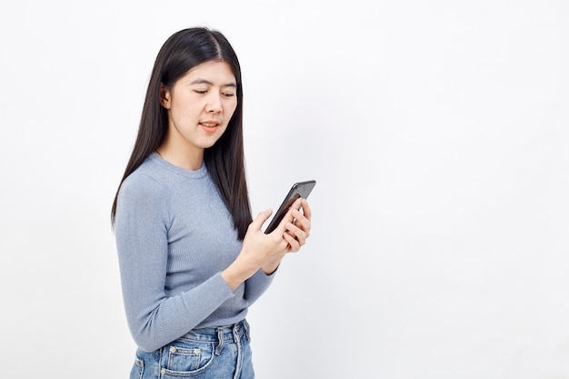Femme asiatique utilisation du téléphone portable