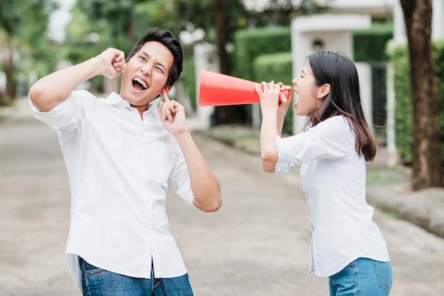 Femme asiatique, utilisation, mégaphone, criant