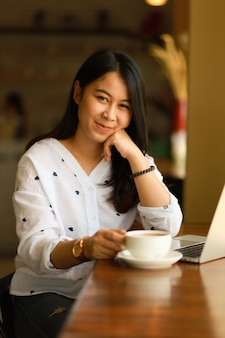 Femme asiatique, utilisation, ordinateur portable, travail, et, café café