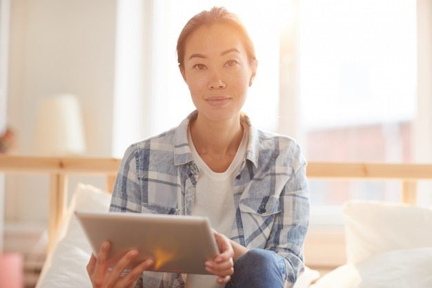 Femme asiatique, utilisation, tablette, dans, lumière soleil