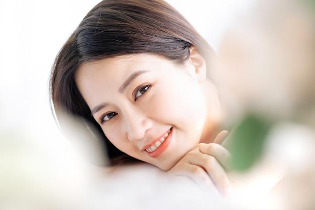 Femme asiatique va à la beauté, soins de la peau au spa