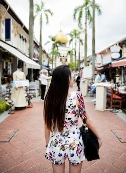 Femme asiatique en vacances