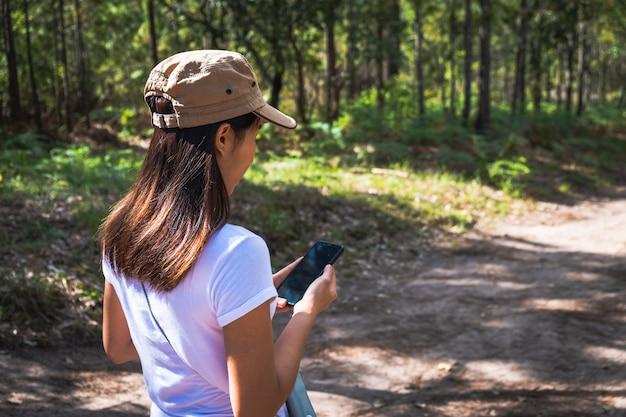 Femme asiatique vérifiant son téléphone