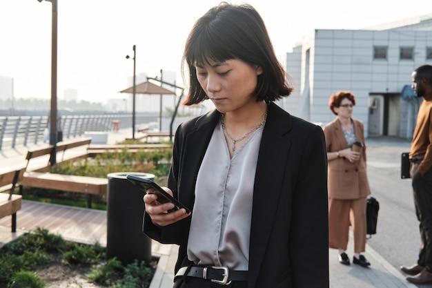 Femme asiatique, vérification, messager