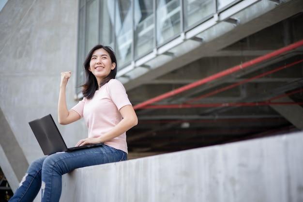 Femme asiatique, vérification, travail, par, ordinateur portable