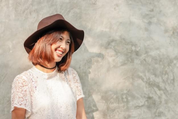 Femme asiatique visage souriant heureux, chapeau de mode avec espace de copie