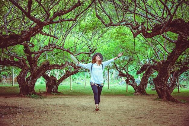 Femme asiatique voyage nature. voyage relax. livre de lecture sur le parc. en été.