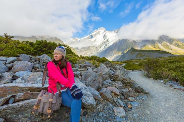 Femme asiatique voyage profiter au parc national de mt cook en nouvelle-zélande