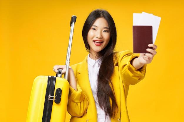 Femme asiatique voyage avec une valise dans ses mains, vacances ,.