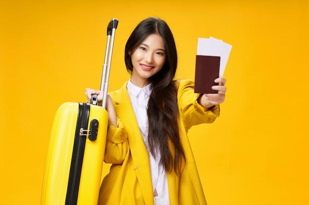Femme asiatique voyage avec une valise dans ses mains, vacances,