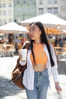 Femme asiatique voyageant dans un endroit local