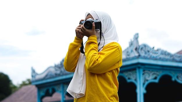 Une femme asiatique voyageant en solo de kératon