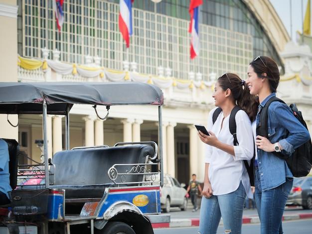Femme asiatique, voyager, à, téléphone portable